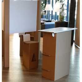 Stand en carton - 2 Tabourets Hauts - 1 banque d'accueil - Fond de stand